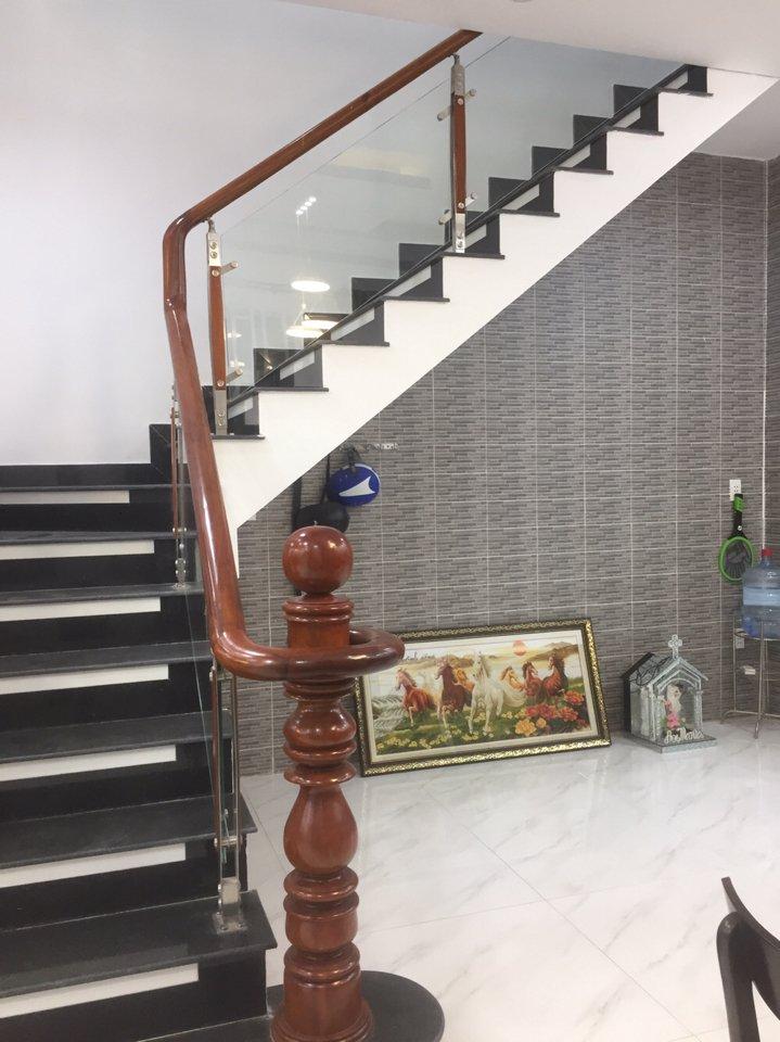 Cầu thang lan can kính tay vịn gỗ