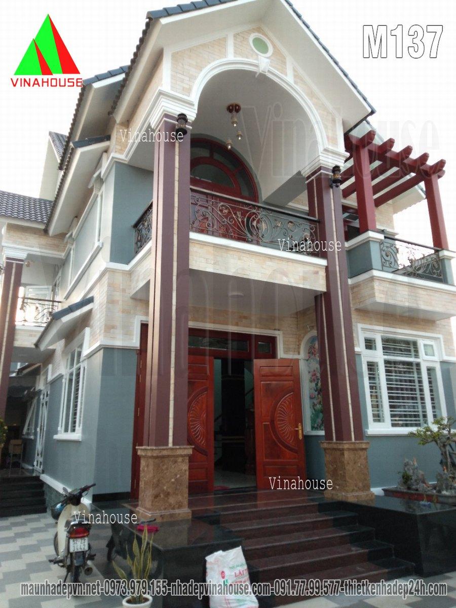 Mặt tiền chính biệt thự đẹp bố trí cửa gỗ